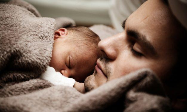 Mon meilleur ami va être papa, comment l'accompagner ?
